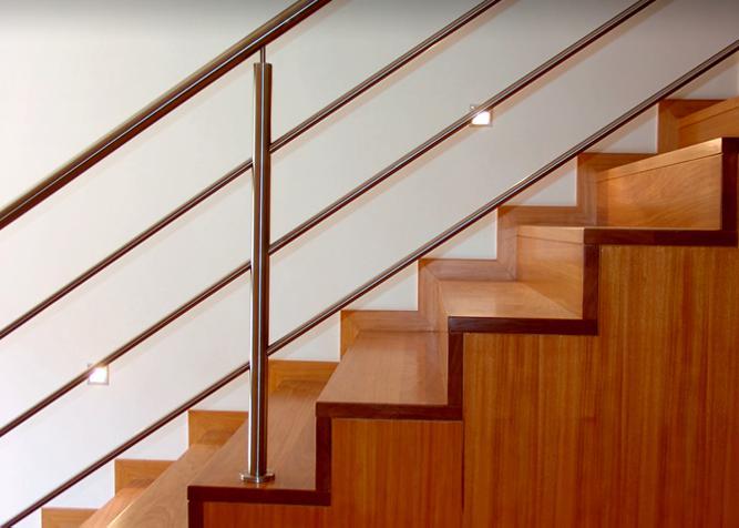 Treppenverkleidung aus Holz und Edelstahl